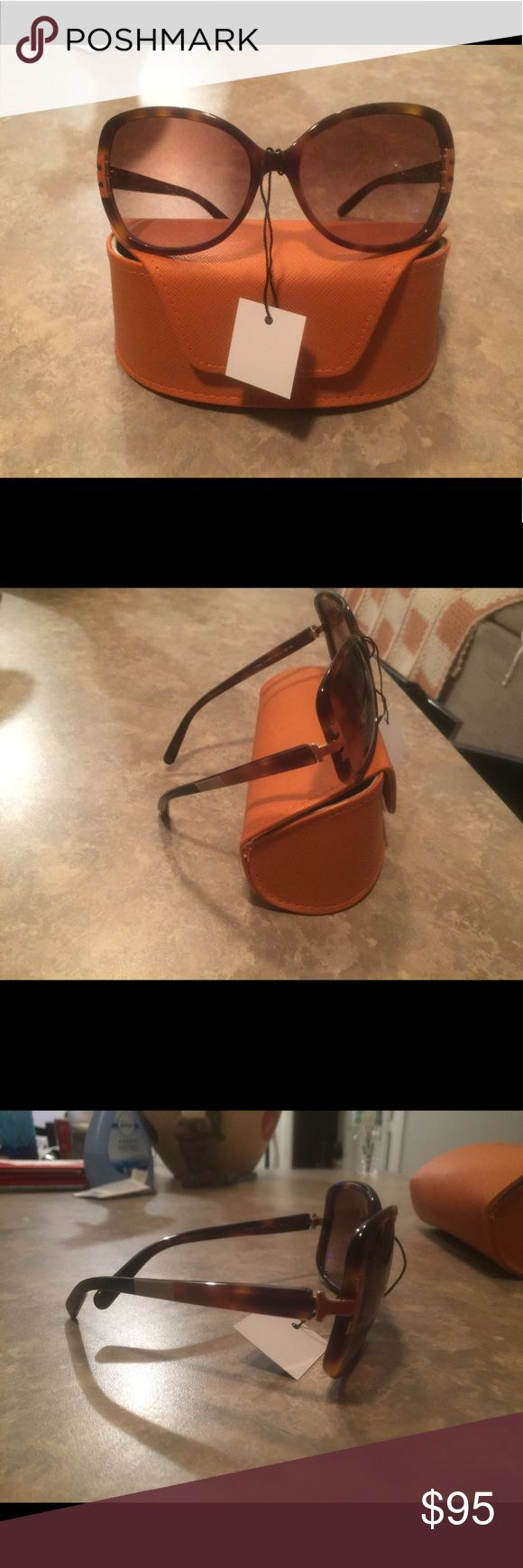 Tory Burch Tortoise Color Block Sunnies EUC are these authentic Tory Burch Tortoise Color Block Sunnies, no scratches complete with case as pictured. Retails $300 Tory Burch Accessories Sunglasses