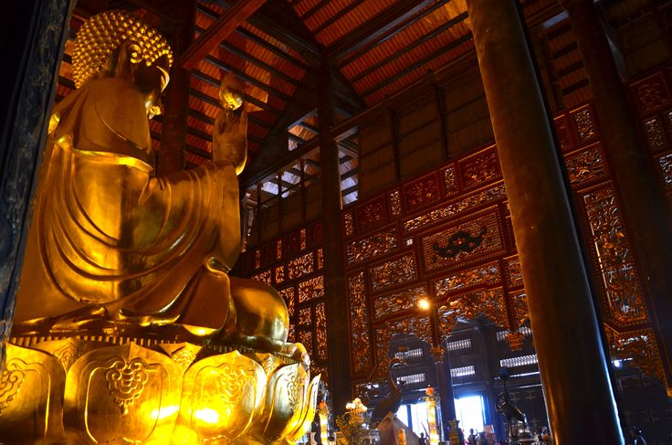 Ninh Binh. La Baie d'Halong Terrestre. La pagode de Bai Dinh.  Cet imposant complexe flambant neuf est situé sur le flanc d'une montagne karstique. Entièrement dédiée à Bouddha et ses fidèles, la pagode compte quelque 500 statues et surtout, la plus grande représentation d'Asie du Sud-Est de Bouddha en position assise (150 tonnes).