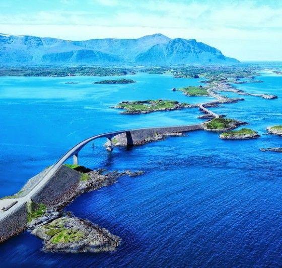 De Atlantische weg bij Noorwegen, scheidt de Noorse zee van de fjorden
