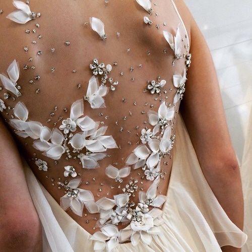 Vestido de noiva com decote nas costas profundo a gente ama, agora com estas aplicações, e para realmente fica de queixo caido!