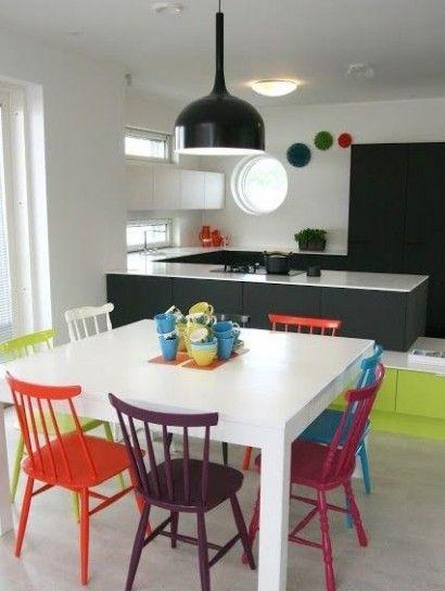 Sedie di diversi colori - Idee colorate per arredare casa in modo originale.