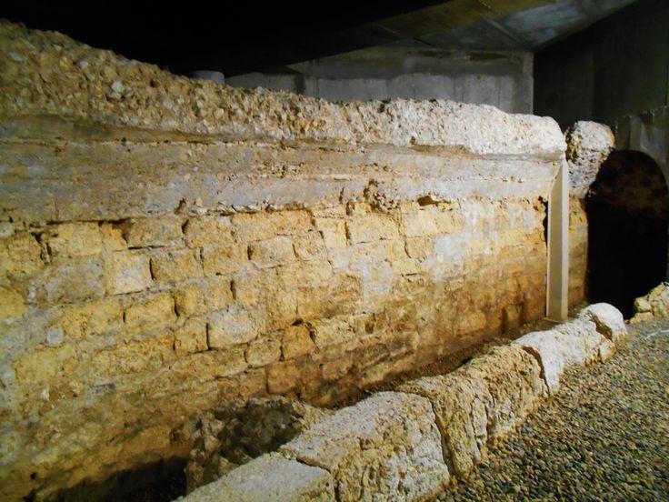 Restos del Deambolatorium al que le falta el techo perforado de cara a la ventilación del Anfiteatro. Cripta de la calle Cascalerias.