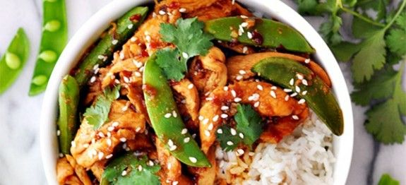 Deze Vietnamese salade met kip, sugar snaps, prei en andere groenten is heerlijk van smaak én gezond. Ideaal als lunch of avondmaal. Probeer het nu zelf met dit recept. Tip: lekker met wat rijst. Nog meer inspiratie, meer heerlijke vietnamese gerechten? Kijk dan eens bij onze vietnamese recepten.