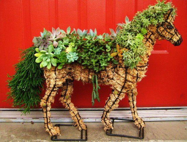 Gartendeko idee skulpturen pferd sukkulenten stroh kreativ for Gartendeko idee