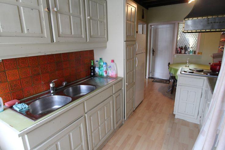 Centraal gelegen ruime woning met garage/magazijn en mogelijkheid tot praktijk. Indeling: Op het gelijkvloers: Inkomhal, ruime woonkamer met open haard, aparte keuken, bureel/slaapkamer, douchekamer en wasplaats/berging. Kelder. Op de eerste verdieping: Ruime woonkamer met parket en open haard. Eetplaats en aparte geïnstalleerde keuken. Op de tweede verdieping: Twee ruime slaapkamers, dressing, ruime badkamer en berging. Terras en tuin georiënteerd naar het westen.