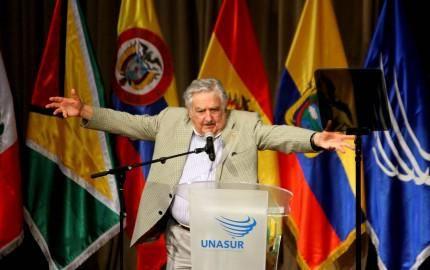 元ウルグアイ大統領で「世界一貧しい」と言われていたムヒカ氏が南米全体の「大統領」に。その記念スピーチ全訳。胸をうつ内容。わからなくてもスペイン語のスピーチを5分だけでも聞いてほしい・・ http://hana.bi/2015/05/mujica-unasur-new-speech/ …