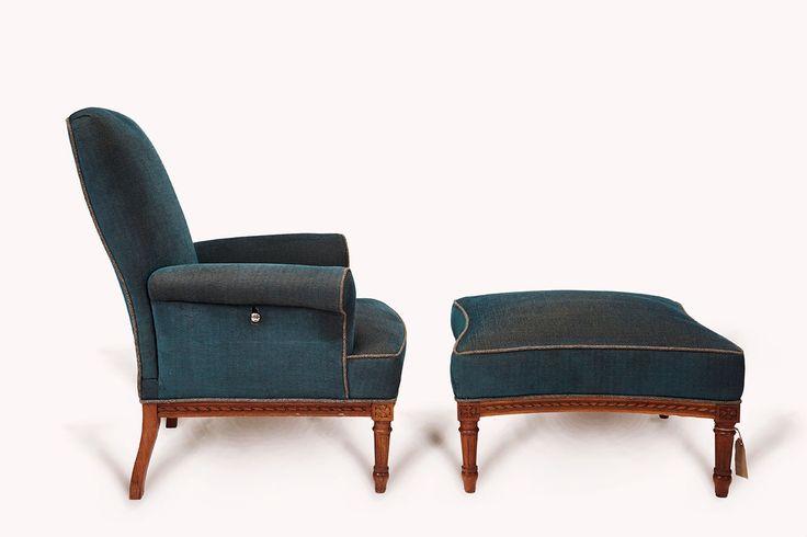 Armchair#1.0 Footstool#1.0  Antiker Sessel mit Pouf im Herringbone Muster, petrol.   Die Rückenlehne ist manuell verstellbar in der Tiefe.