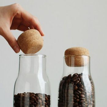 Cette bouteille composée de verre et de liège est parfaite pour conserver aliments secs ou liquide grâce au bouchon en liège qui fournit étanchéité à l'air. BOTTL IT est facile à saisir avec une main et le contenu sort facilement en tournant la bouteille . Le verre transparent laisse voir son contenu donne un accent à votre pièce ; il est également résistant à la chaleur et va au micro-ondes et au lave-vaisselle .