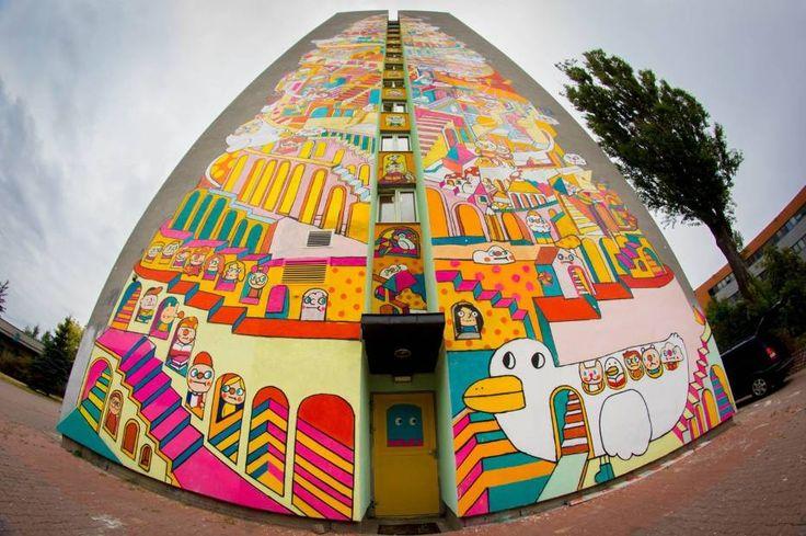 """Mural Messy Desk na łódzkiej """"Wieży Babel""""."""