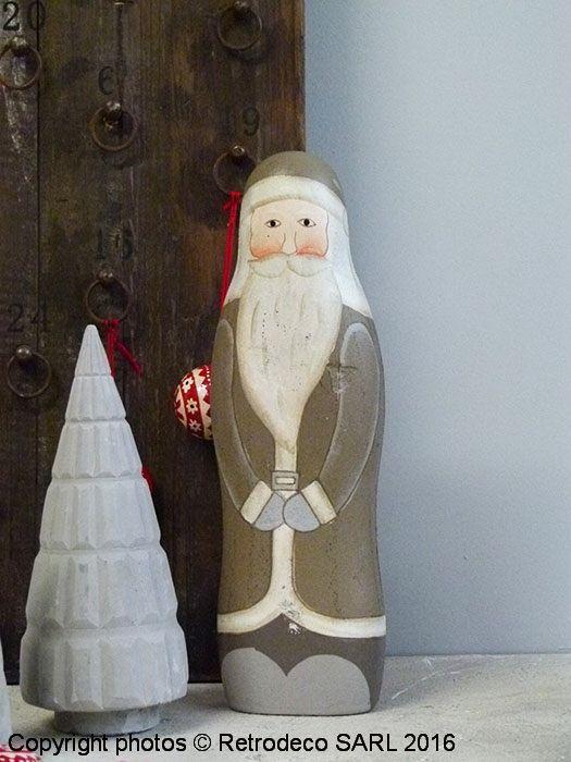 Ce père noël couleur taupe à disposer debout sur une table, une cheminée accessoirisera merveilleusement bien votre déco de fêtes. Une création Ib Laursen. Existe également en rouge.