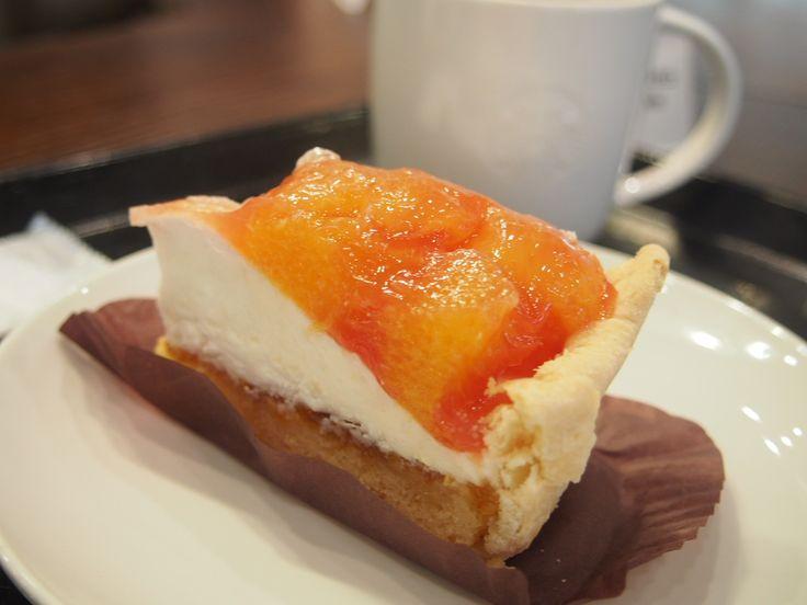 こんにちは、ぱぱらっちマダムです。 今日はスターバックスの新作、2種類のオレンジを楽しめるケーキ オレンジパイ   アップルパイの変わりに登場した色鮮やかなケーキになります。  オレンジの味わいを存分に味わえるパイです。  フルーツもフレッシュですよ!  とっても大き目なフルーツがのっております。  バレンシアオレンジがとっても美味しい!  パイ生地もさくさく。  私は白い部分が好きです。  460円  カロリーは285カロリーです。  パイなのに意外とカロリー少ないですね。  さっぱりとしたケーキなので  3時のお菓子タイムにも合いそうです。  ぜひぜひ たべてみてくださいね。