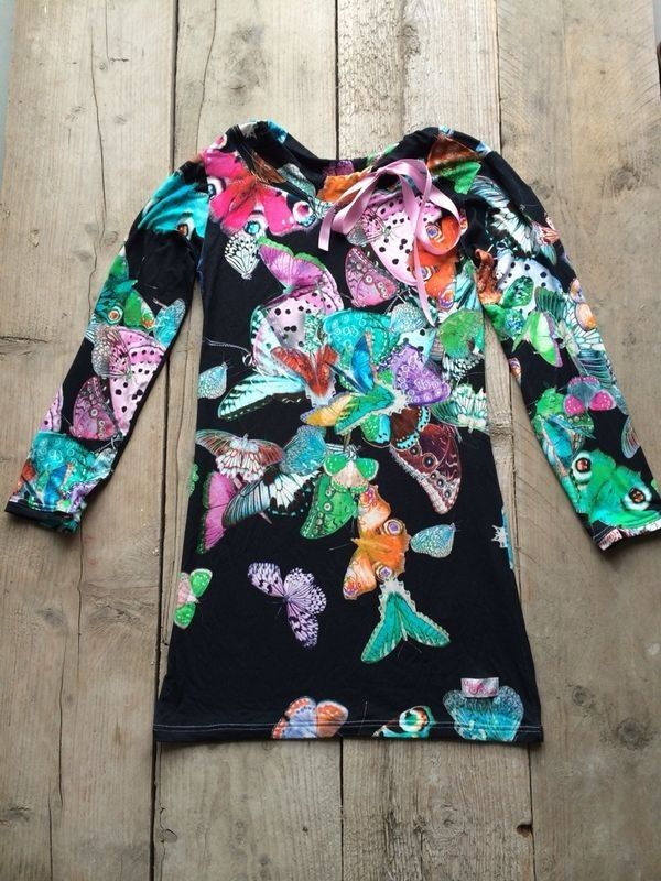 Mu-Chica jurk Vlinders!  € 39,95,- Prachtig jurkje in all-over vlinderprint. Tricot jurkje heeft een zwarte ondergrond. Satijnen sierlint bij de hals als leuk detail. Goed te combineren met een felgroene of roze legging.