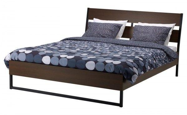 Trysil di Ikea ha le sponde del letto regolabili per il posizionamento di materassi a diversi spessori. La testiera inclinata permette di leggere comodamente a letto. Disponibile in due finiture: marrone scuro o laccato bianco