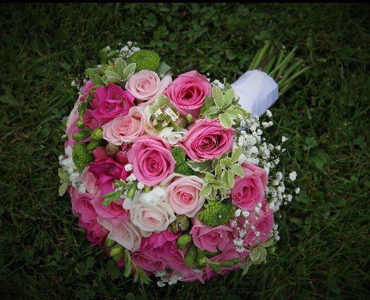 Svadobná kytica z ružových ruží. Kombinácia troch odtieňov ružovej jemne doplnená drobnými kvietkami  gypsomilky.  #wedding #weddingbouquet #bridalbouquet #roses #svadobnákytica #slovakia