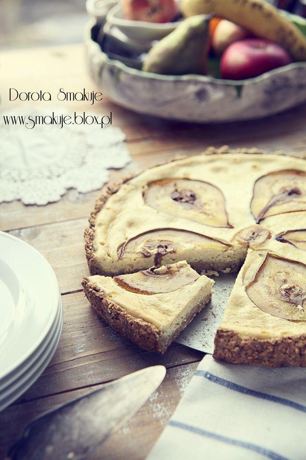 Sernik piernikowy z gruszką na owsiano - bananowym spodzie    Składniki:  spód:  30 dag (3szkl) płatków owsianych  3 dojrzałe banany  2 łyzki cukru pudru – opcjonalnie – dla tych co lubią słodkie  masa:  500g sera do serników np. takiego z wiaderka  5 łyżek cukru – ilość wg preferencji smakowych  1/3 kostki masła  3 jajka  łyżeczka przyprawy do piernika – tutaj przepis  1-2 gruszki
