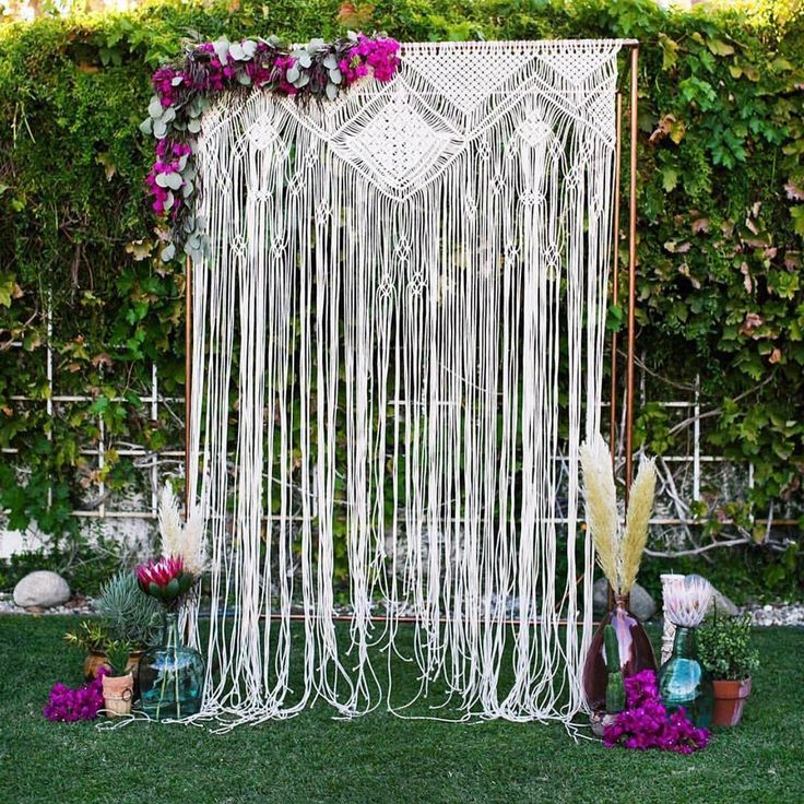 How boho-beautiful is this macrame backdrop adorned in gorgeous florals?! {Photo: @alyssamariephoto; Event Design: @sdapper; Floral Design: @shindigchic}