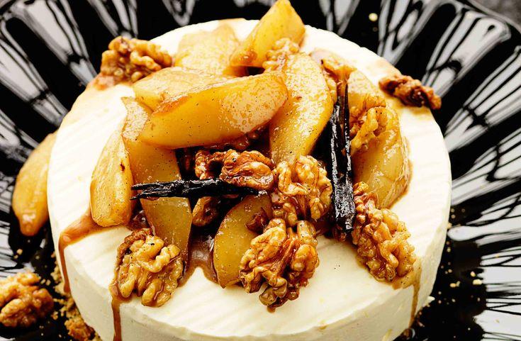 Den frysta cheesecaken serveras med flamberade päron smaksatta med nötter, vanilj och konjak.