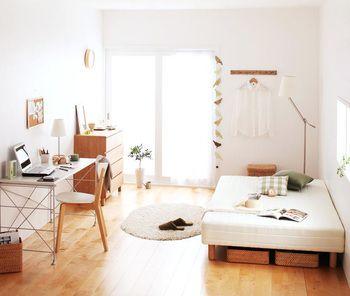 お部屋の全体的なインテリアの雰囲気にナチュラル感を出したい時は、木目調の家具や雑貨とアースカラーで統一すること。 やさしい雰囲気が表現できるようになります。 重たく暗い雰囲気にならないように、白い壁紙や寝具に白を使うなど、大きい面を白色にするといいですよ。