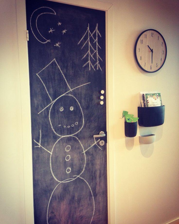 Krittmaling på døra til kjøkken boden. Klar for barneselskap og tegne på nesen til snømannen ⛄️