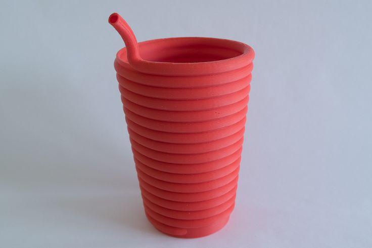 Sklenice s brčkem, tiskárna Rebel 2Z, tryska 0,4 mm, výška vrstvy 0,3 mm, materiál červené PLA.