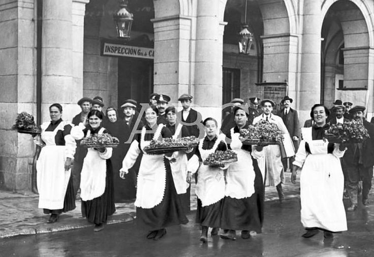 Madrid, 18/02/1916. En la Plaza Mayor de Madrid. Las floristas ambulantes al salir de la tercera casa consistorial, donde fueron uniformadas para que las revistase el teniente alcalde del centro