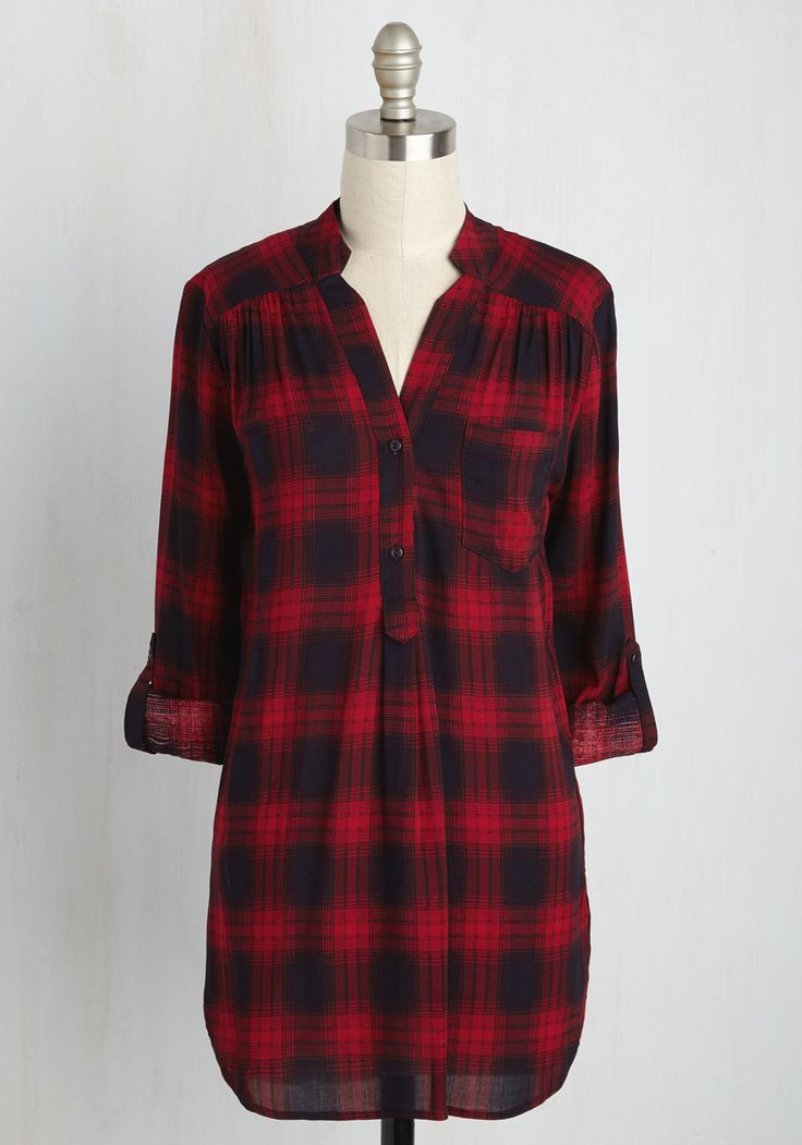 That queue of freelance requests won't finish itself, so don this red plaid tunic and hop to it! A look that's a home office must-have, this tab-sleeved top offers a notched collar, navy lines, and a chest pocket to your day spent alternating between cool concentration and forays to the cafe.