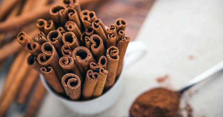 Com sabor e aroma marcantes, a canela é considerada um dos melhores alimentos termogênicos que existem. Além de acelerar o metabolismo, auxiliando a queima de gordura, a especiaria contribui para o emagrecimento por melhorar a digestão, evitar que o açúcar fique alocado e se transforme em gordura no corpo e p