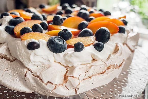 Pasjonsfrukt / Fersken & blåbær Pavlova | Millas Mat