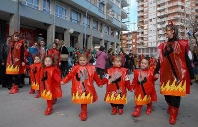Demonios con bolsas de basura roja para niños de 2 a 6 años http://www.multipapel.com/subfamilia-bolsas-disfraces-educacion-infantil-pequenas.htm