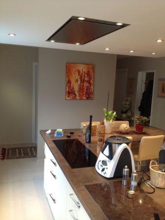 hotte au plafond install e au dessus d 39 un lot central. Black Bedroom Furniture Sets. Home Design Ideas
