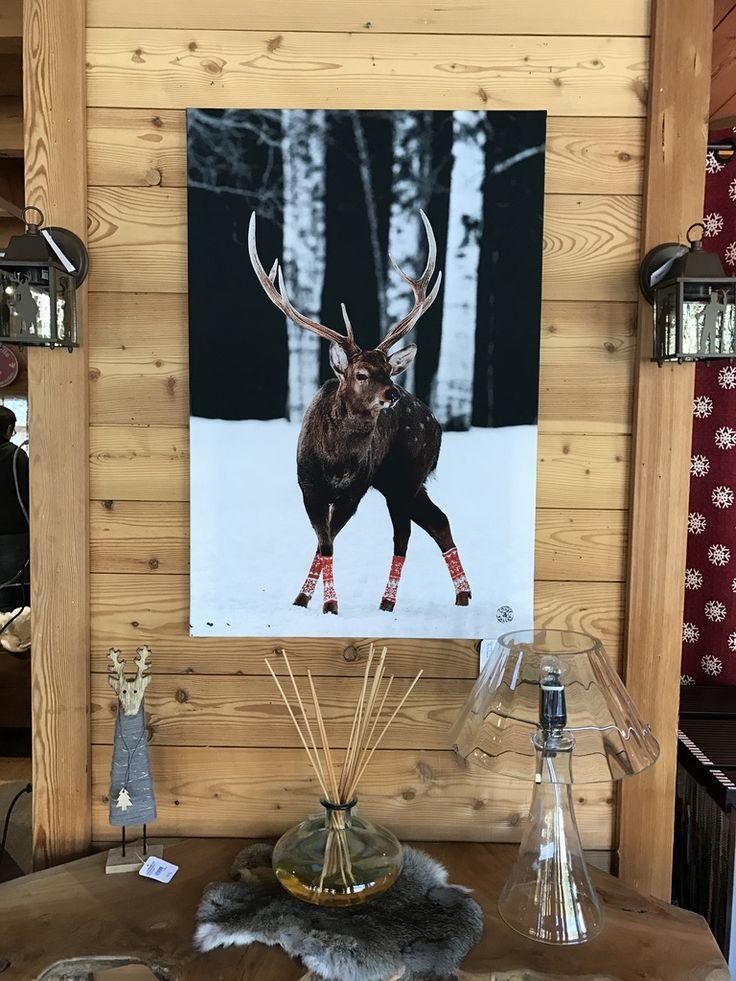 Après le Cerf volant, Le Cerf tête, voici le Cerf chaussettes ! Retrouvez tous nos tableaux montagne sur Lecoinmontagne.com #tableaux #montagne #cerf #deer #mountain #alps #tree #sapin