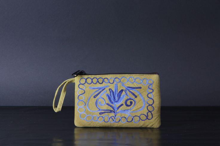 Monedero con cremellera exterior, sin tapa. Confeccionado por los artesanos de Cachemira. Piel tipo ante bordada con motivos florales. Colección KSA.