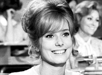 La première fois qu'elle est venue à Cannes, c'était en 1964 avec Jacques Demy. Cette année, elle montera les marches du Palais des Festivals avec l'équipe de La Tête haute, d'Emmanuelle Bercot, présenté en ouverture, mercredi soir. Retour en images sur les rôles marquants et les moments forts de la vie de la star absolue du cinéma français, restée une femme farouchement libre.