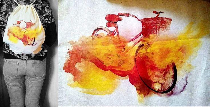 Mochila ecológica de tela crea estampada con bicileta de paseo llameante de querer pedalear al estilo acuarela, se vende a $ 6.000 pesos en Santiago de Chile