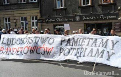 Шукачам обмеження свобод в Україні варто пильніше придивитися до сусідньої Польщі – В'ятрович http://ukrainianwall.com/blogosfera/shukacham-obmezhennya-svobod-v-ukra%d1%97ni-varto-pilnishe-pridivitisya-do-susidno%d1%97-polshhi-vyatrovich/  Рівень стурбованості окремих західних експертів потенційними обмеженнями свобод (слова, зібрань, академічних досліджень), пов'язаними з історичними питаннями в Україні, незрівняно вищий у порівнянні з реальними обмеженнями тих же свобод у Польщі