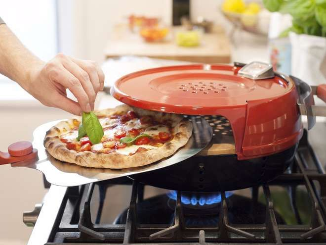 Voici l'accessoire ultime que devraient avoir toutes les personnes qui raffolent des pizzas ! Un appareil qui vous sauvera la vie des pizzas surgelées par trois et des commandes. Concocter vous-même vos propres pizzas maison grâce à cet appareil qui coûte environ 150 euros. Vous cuirez vos pizzas en toute tranquillité sur vos plaques de cuisson. Si vous ne disposez pas forcément d'un four, alors c'est parfait !