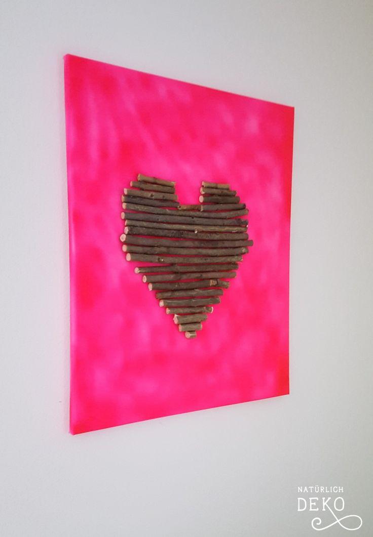 Ein Herz Aus Ästen Auf Eine Pink Besprühte Leinwand Geklebt Macht Auch Aus  Einer Einfachen Leinwand