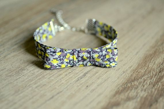 Bracelet à noeud papillon en tissu liberty gris et jaune.