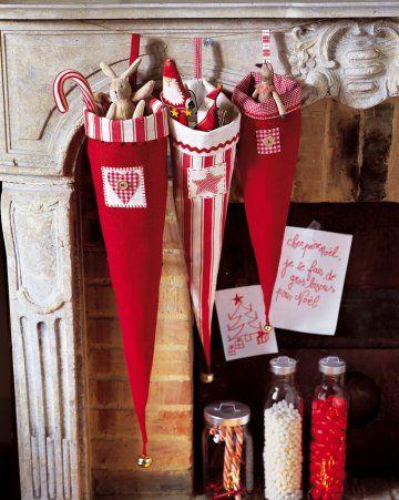 Cornets de noël en tissu rouge appliqué de motifs en cœurs pour accueillir les cadeaux