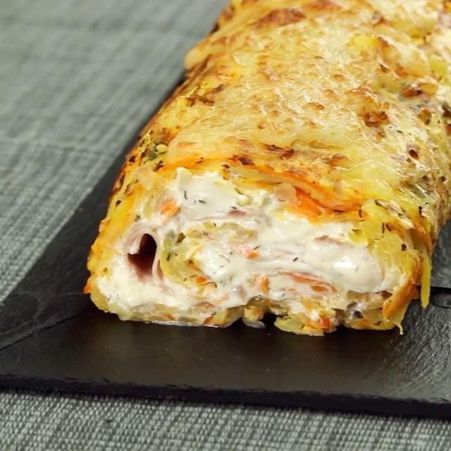 via @leckerschmecker_me  Es ist der größte Kartoffelpuffer, den du je sehen wirst. Doch die Füllung ist es, die für den letzten Schliff sorgt.  ZUTATEN:  4 mittelgroße Kartoffeln 3 Karotten 2 gewürfelte Schalotten 30 g gehackten Schnittlauch 3 Eier 1 Prise Muskatnuss je 1 TL Salz und Pfeffer 400 g Kräuterfrischkäse 6 große Scheiben Kochschinken 100 g geriebenen Käse  ZUBEREITUNG:  Schäle und reibe sowohl die Kartoffeln als auch die Karotten und gib sie gemeinsam in eine große Schüssel. Dazu…