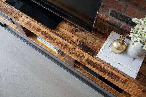 Traer un poco pedazo de historia en su hogar con este soporte de TV hecho a mano del 100% recuperada plataforma de madera. La madera de palet es de origen local de todo el área de Greater Toronto, cada pieza cuenta la historia de sus viajes sin comprometer estructura o funcionalidad  Traemos calidad, artesanía y la ingeniería de nuestros productos, cualidades que a menudo parecen pasar por alto en un montón de hoy recuperado muebles de madera. Luchar por líneas limpias y rectas y fabricación…