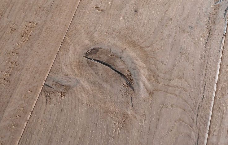 Life di Gazzotti è il parquet dalla forte personalità che permette di godere a pieno della naturalezza del legno: la superficie, infatti, presenta nodi anche di grandi dimensioni, fenditure e soffuse irregolarità. Ne deriva un pavimento materico, prestigioso e curato nei minimi dettagli.