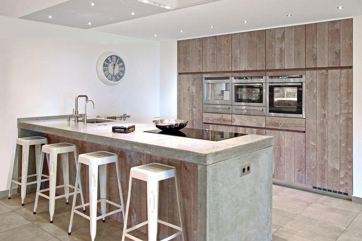 Greeploze keuken met kookeiland. Hout. | DB Keukens