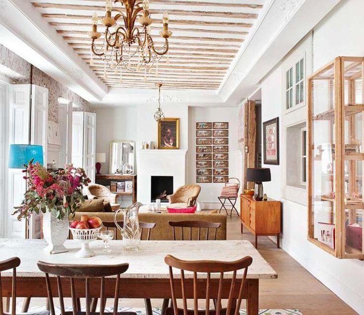 Der Essbereich ist mit dem Wohnzimmer vereint, mit seinem einfachen und rustikalen Speisesaal