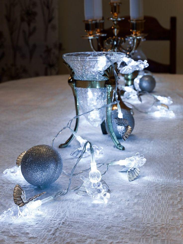 Sjarmerende lysslynge fra Konstsmide med 24 små engler med sølvvinger. Slyngen passer meget bra til å bruke som borddekorasjon under julemåltidene!