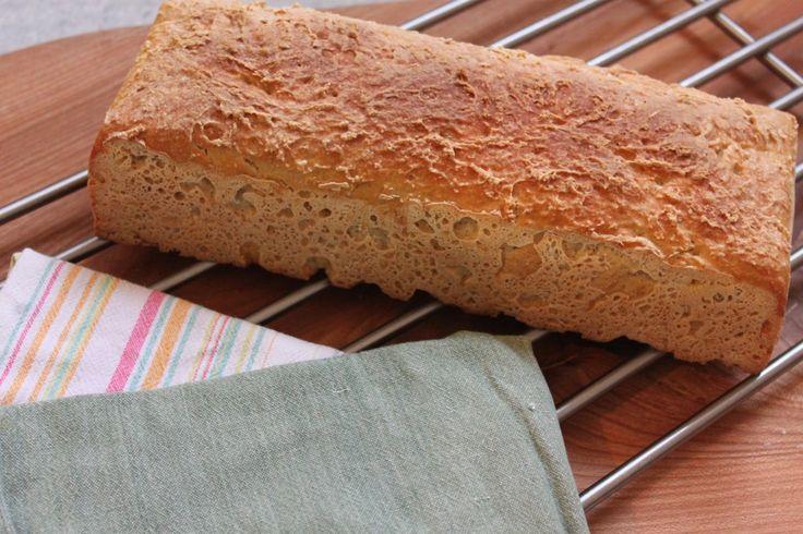 Opslrift på koldhævet franskbrød med sprød skorpe. Et nemt og lækkert brød til morgenbordet.