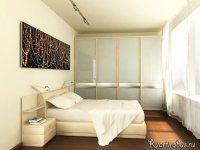 На фото спальня в стиле контемпорари: светлая мебель и отсутствие лишних деталей. Картина над кроватью хорошо дополняет атмосферу.
