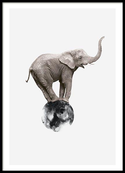 Poster mit Fotokunst in Form eines Fotos von einem Elefanten, der auf einem mit Wasserfarben gemalten Kreis steht. Tolles Poster mit interessantem Motiv. Passt zum Beispiel perfekt in eine moderne Wohnzimmereinrichtung. www.desenio.de