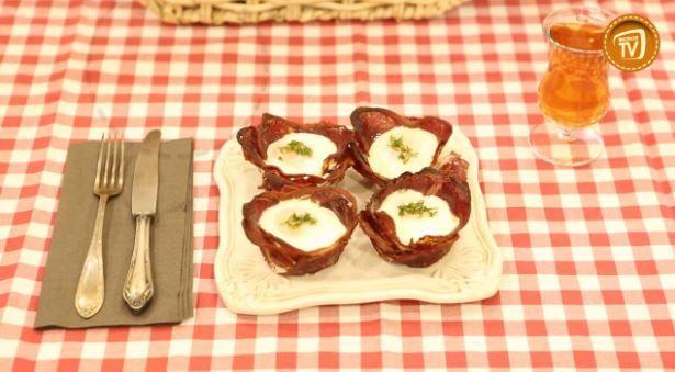 Fırında Pastırmalı Yumurta Tarifi Fırında Pastırmalı Yumurta Tarifi ile farklı, lezzetli ve pratik bir alternatife kahvaltı sofranızda yer açın! Pastırma ve yumurta birleşip daha da lezzetleniyor ve kahvaltınızın baş tacı olmaya geliyor. Bu pratik ve kolay yemek tarifine buyurmaz mısınız? http://www.migrostv.com/firinda-pastirmali-yumurta/