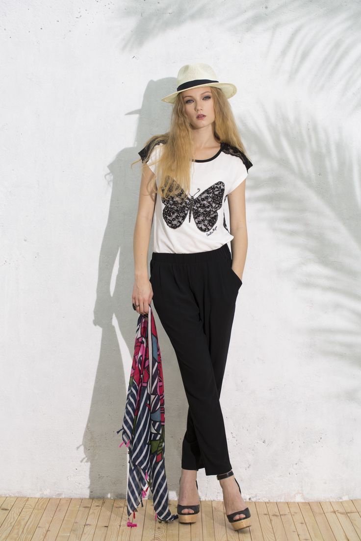 Camiseta Herradura, Pantalón Morales, Pashmina Atalaya #navypashmina #butterflytshirt #blackpants #summerlook #camisetamariposa #pantalonnegro #pashminamarinera